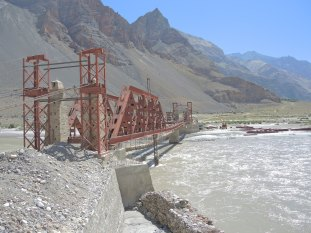 On ne va pas traverser ce pont à moitié effondré quand même??