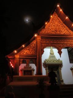 Un temple et la lune